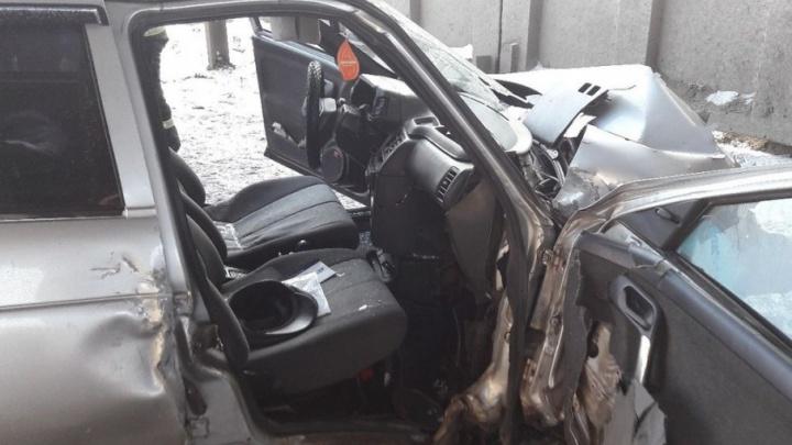 Пассажира из автомобиля в Кургане пришлось доставать спасателям