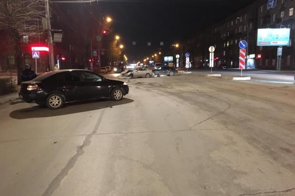 Сначала «Рено» столкнулся с двумя машинами, а потом сбил двух девушек, которые переходили дорогу