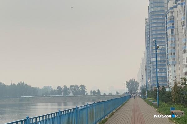 Вид на город с Белых Рос — всё затянуто дымом