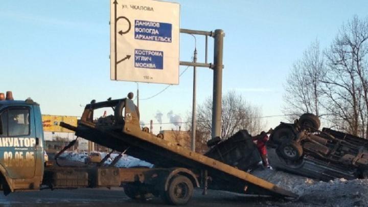 В Ярославле на Промышленном шоссе внедорожник с прицепом перевернулся на крышу