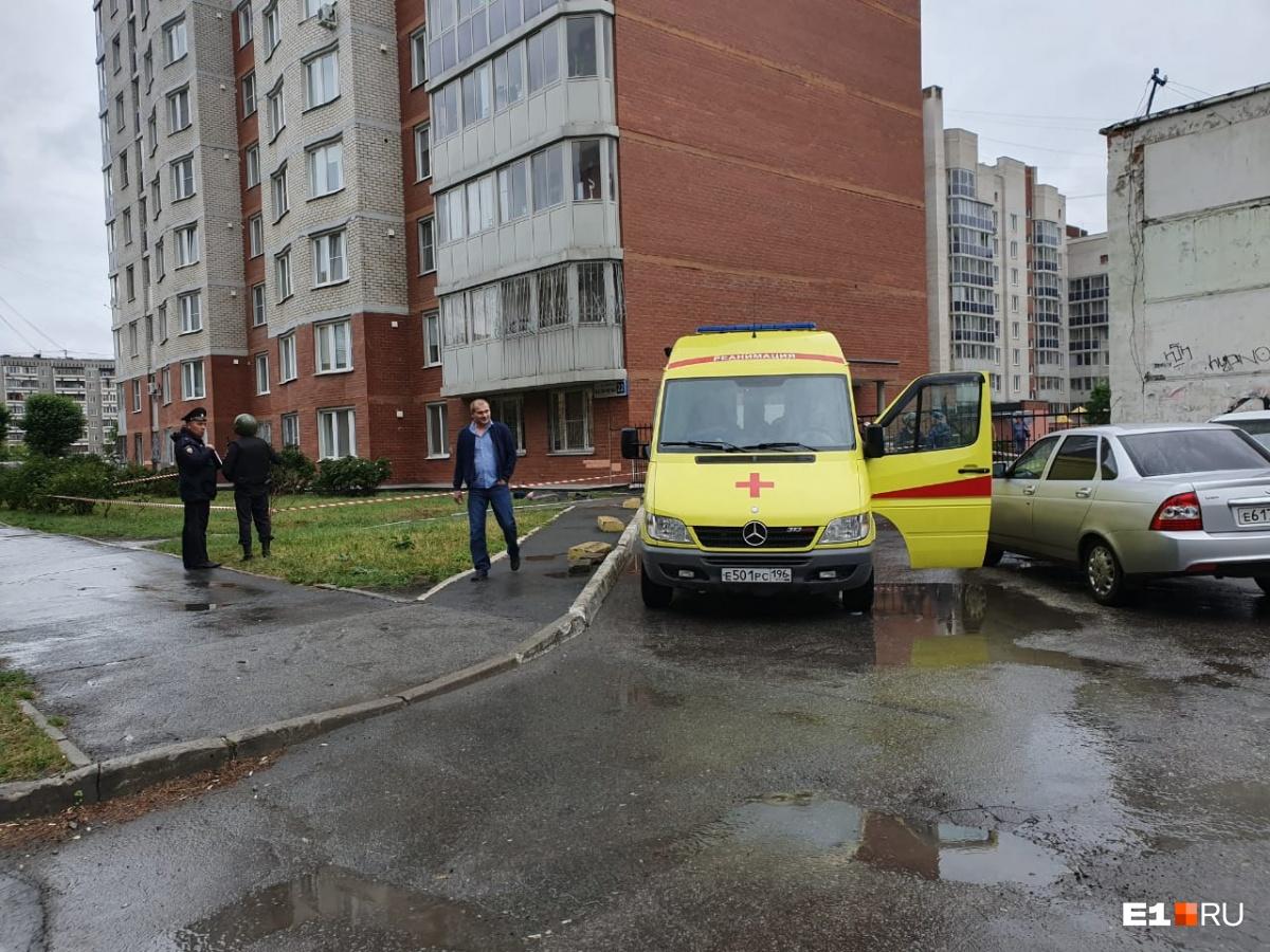 Камчыбек Каримов шел вдоль дома к калитке, рядом с которой на парковке стояла машина нападавших