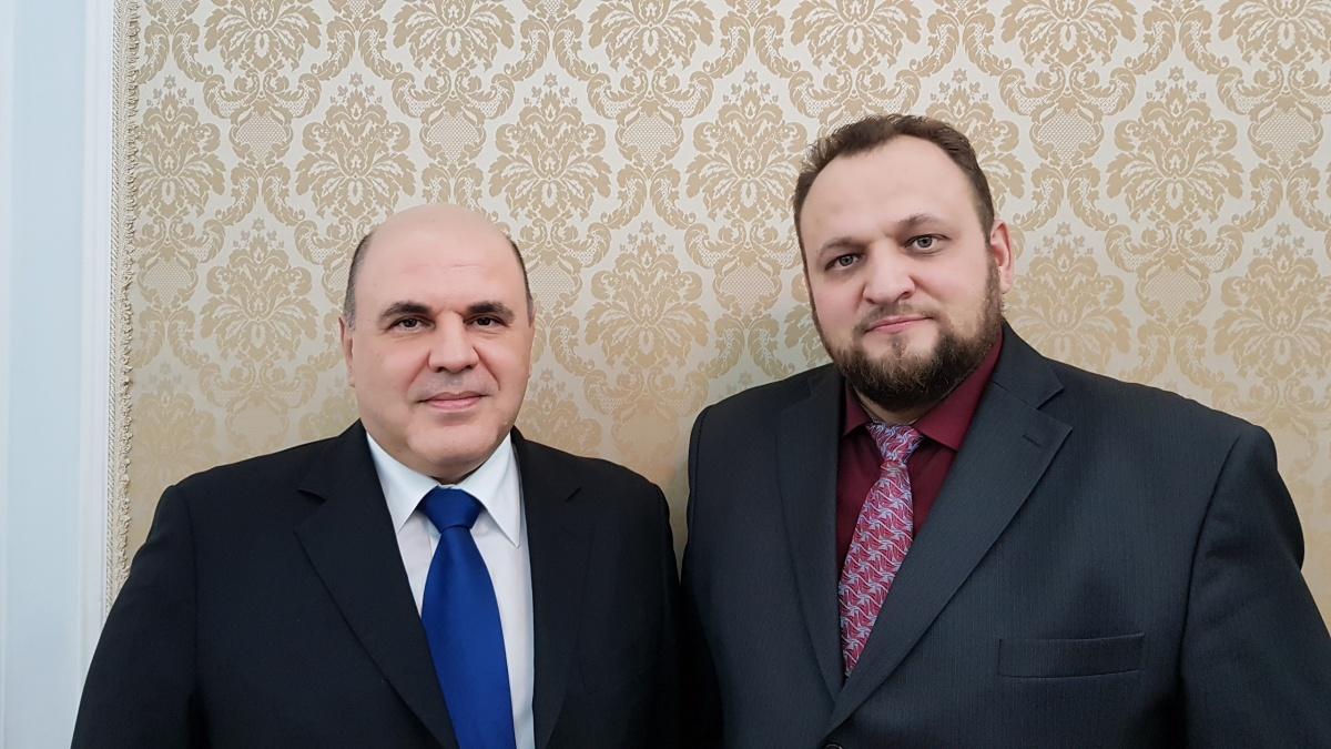 Человека слева вы знаете, это премьер-министр. А справа — Николай Мишустин, его однофамилец, конспиролог и руководитель общественной организации «Родительский контроль»