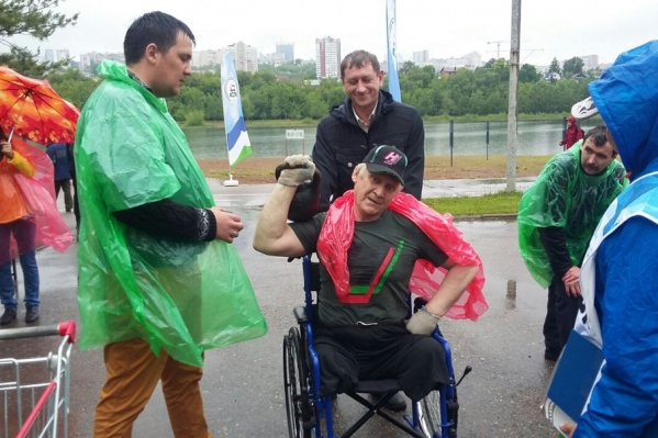 Участники бегали и тягали гири прямо под дождем