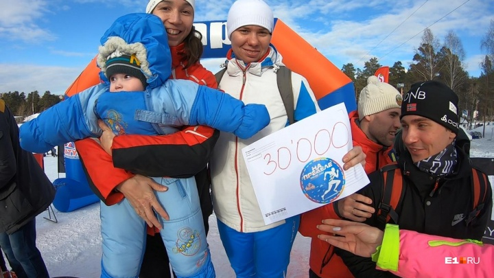 На Уктусе участники забега «На пределе» бегали по льду, спускались на лебедке и таскали бревна