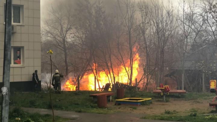 В Перми у ЖК «Солдатская слободка» на Островского, 40 сгорела деревянная постройка