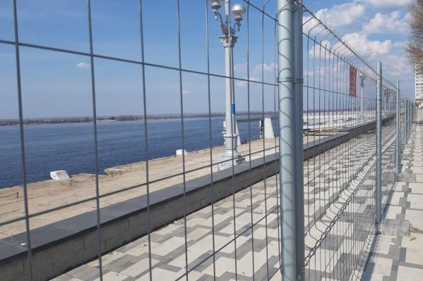 Длинный забор из проволоки на зиму убирали с набережной
