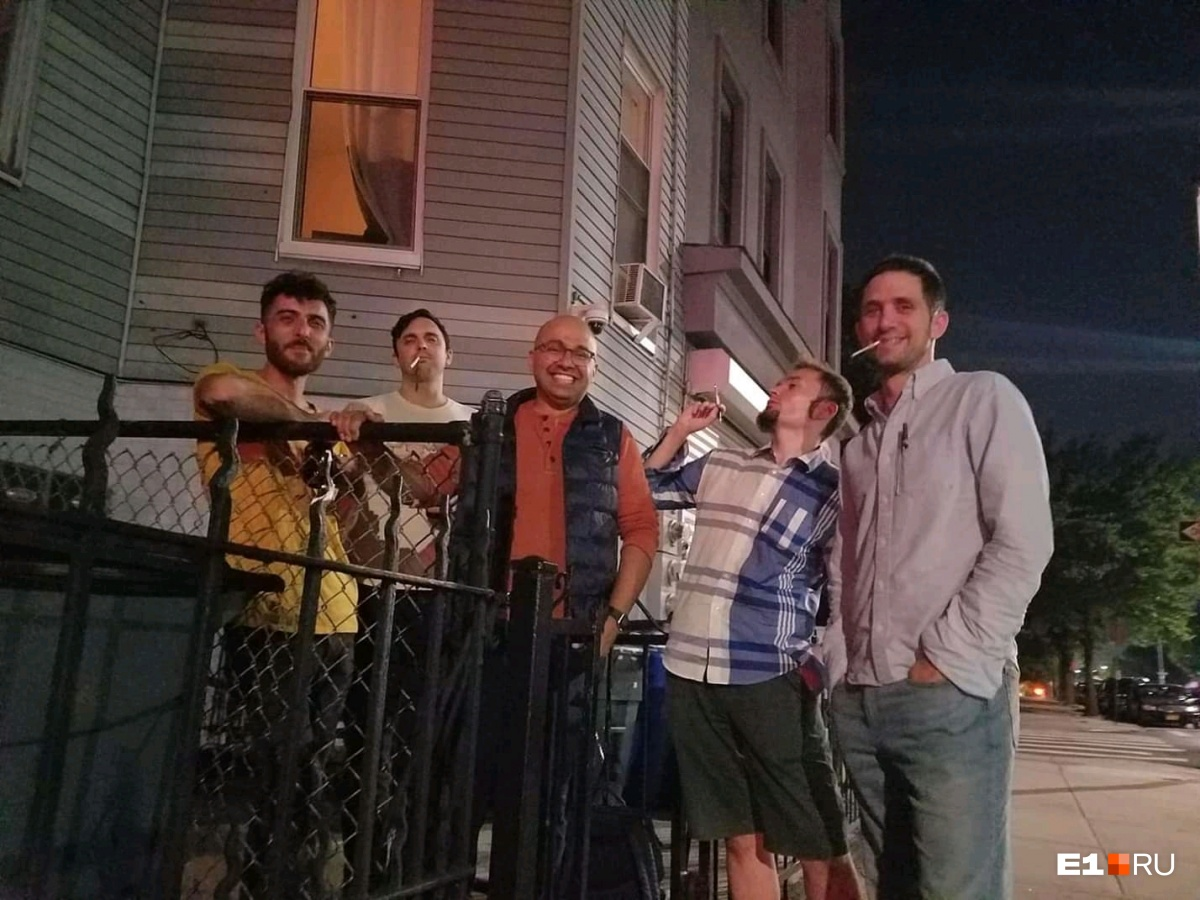 Найти соседей по квартире, с которыми вам будет комфортно, — полдела. На фото — Алексей и его друзья, с которыми он снимал жилье в Бруклине
