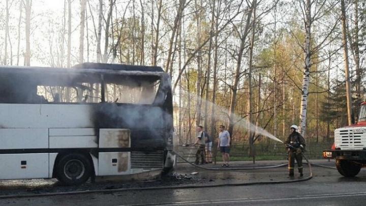 На трассе в Удмуртии сгорел пассажирский автобус Пермь — Чебоксары. Видео