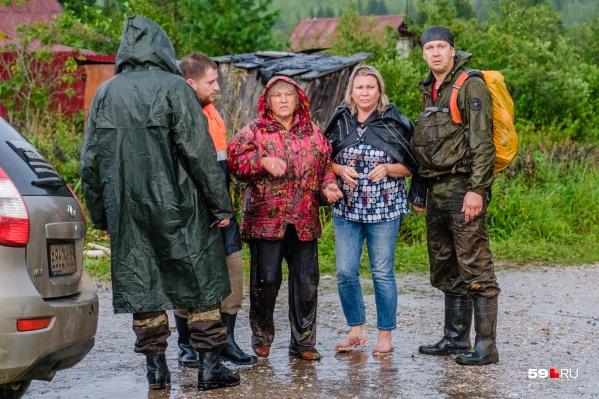 Первые минуты после выхода из леса — Лидия Кулакова с волонтерами и дочерью