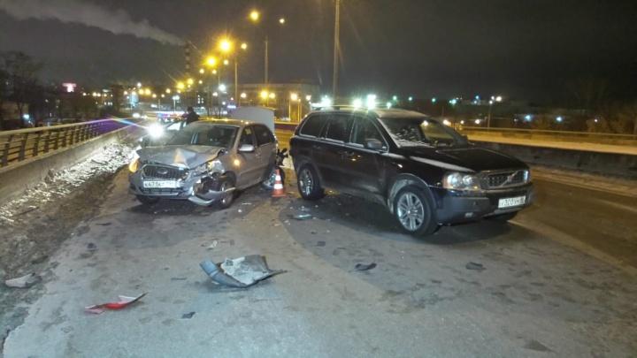 На Халтурина водитель ВАЗа, уходя от столкновения с Toyota, врезался в два других автомобиля