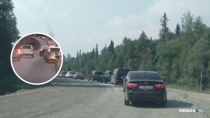 «Самый принципиальный что ли?»: водитель преградил путь по обочине в огромной пробке до Красноярска