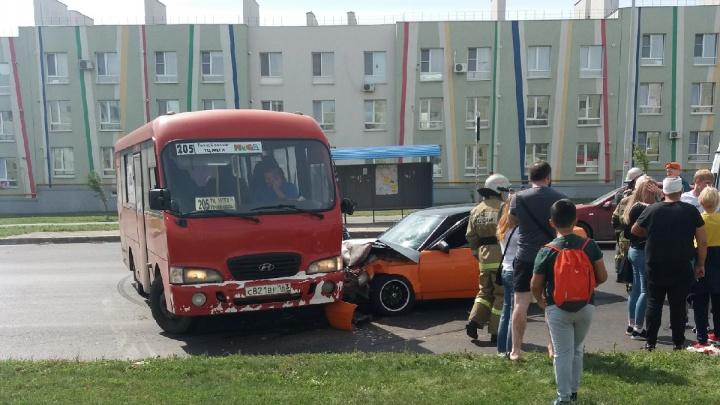 «Водители не останавливаются»: в Крутых Ключах «десятка» въехала в автобус