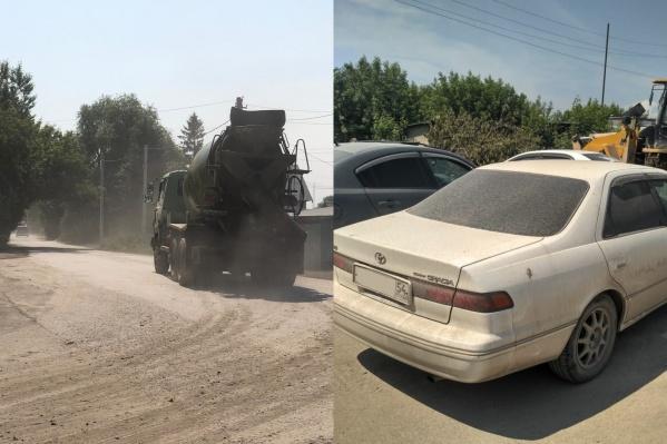 По словам жителей Лесоперевалки, грузовики разбили дорогу, а бетонная пыль засыпала улицы