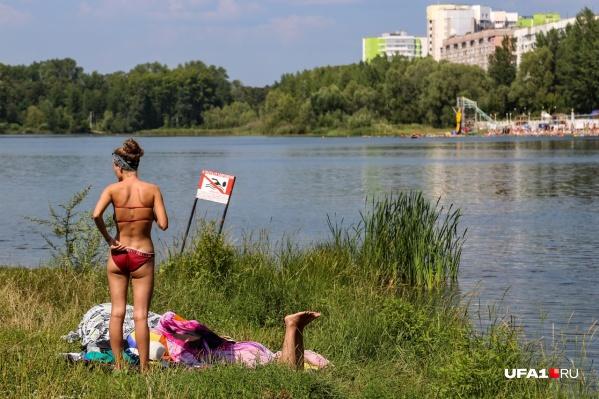 Запретительные таблички не мешают уфимцам отдыхать на берегу озера Теплое
