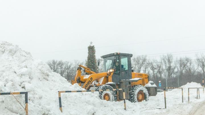 Коммунальные службы Самары продлили смену рабочим, чтобы справиться с последствиями снегопада
