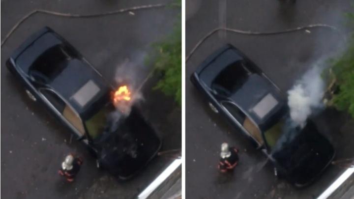 Пламя из-под капота: на улице Седова загорелась припаркованная Toyota