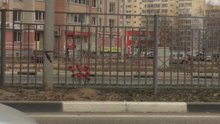 Ярославцы принесли цветы на место гибели 11-летней девочки. Что известно о ДТП на данный момент