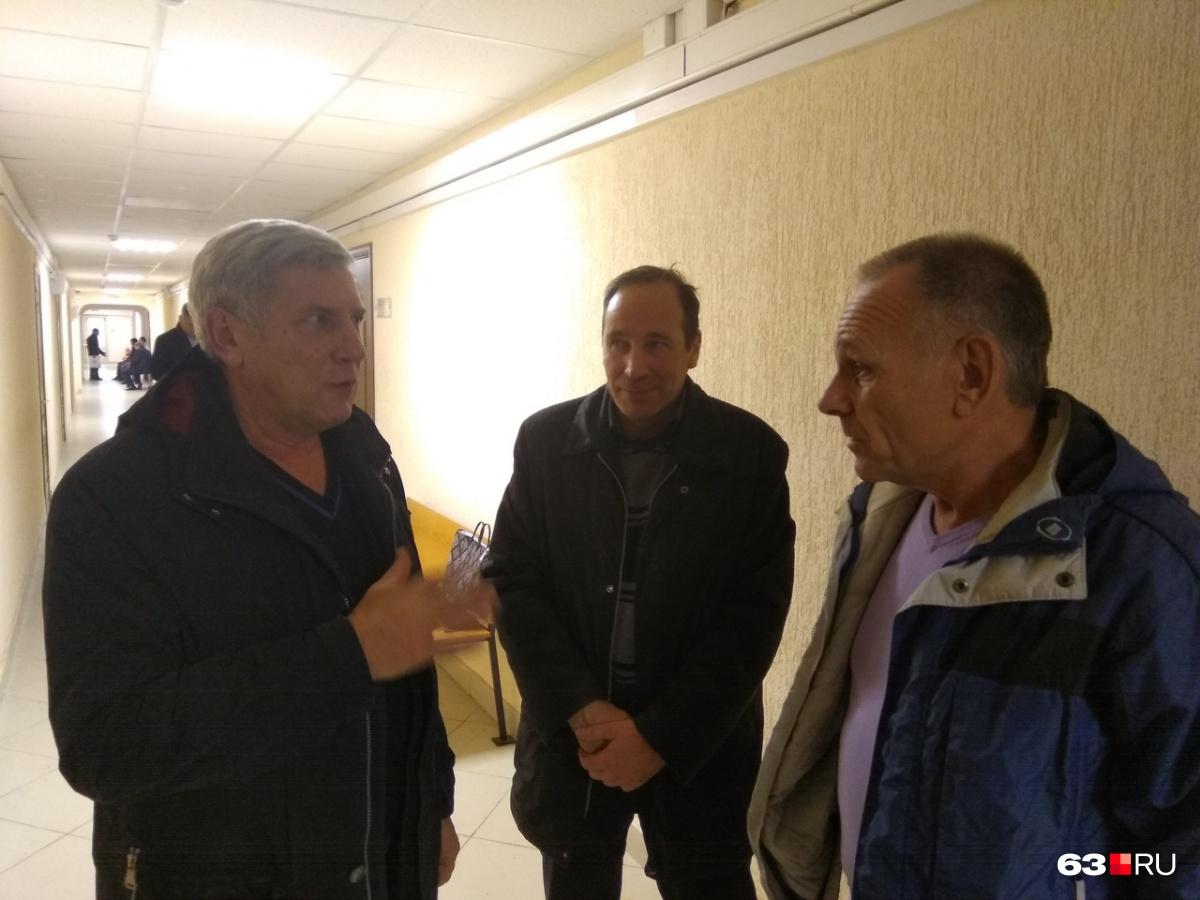 Олег Сухинин (в центре) и Александр Кириченко (справа) своей вины не признают