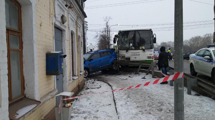 «У пассажира пошла пена изо рта»: очевидцы рассказали о ДТП на Московском