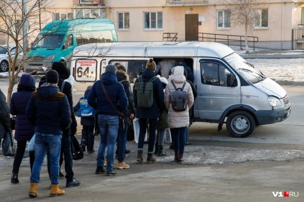 Поделить дорогу волгоградские водители пытаются уже несколько месяцев подряд