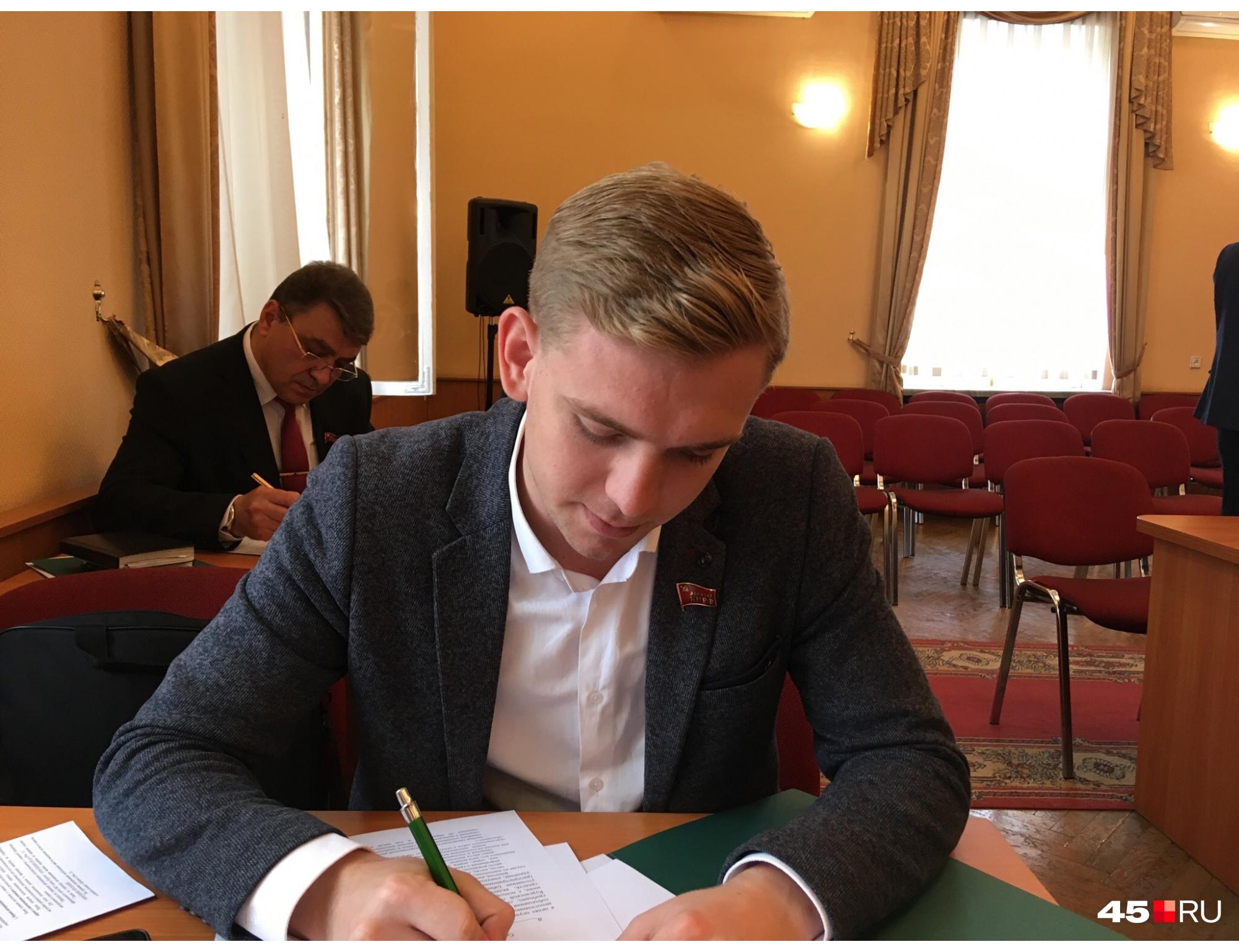 Максим Пивоваров известен тем, что работает ведущим на телеканалах, проводит торжества, праздники и свадьбы