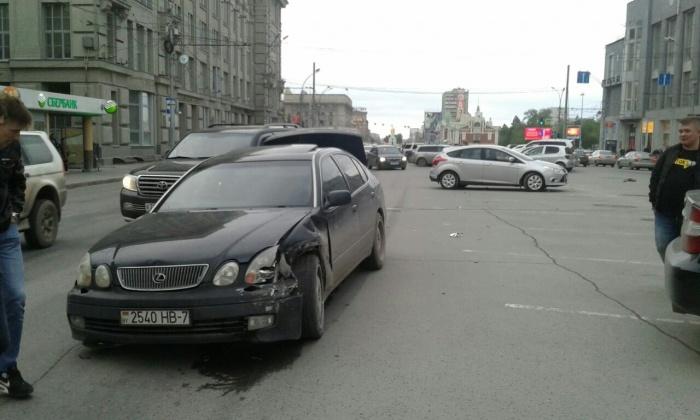 Lexus двигался по Красному проспекту со стороны площади Ленина возле дома по адресу Красный проспект, 29