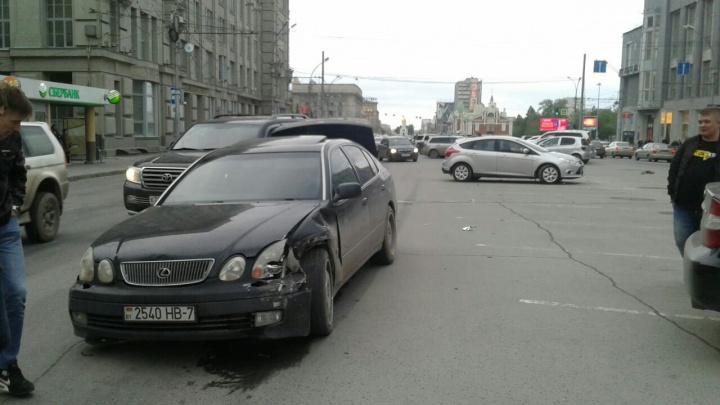 Lexus выбросило на парковку у площади Ленина после ДТП: разбито ещё две машины