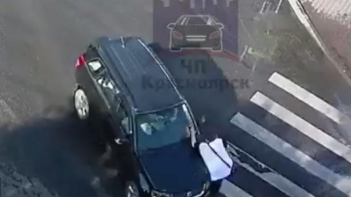 Видео: медленно переходивший «зебру» в центре мужчина оказался под колесами авто