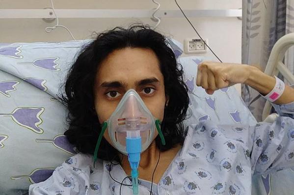Молодой человек признался, что никуда не может пойти без кислородной маски