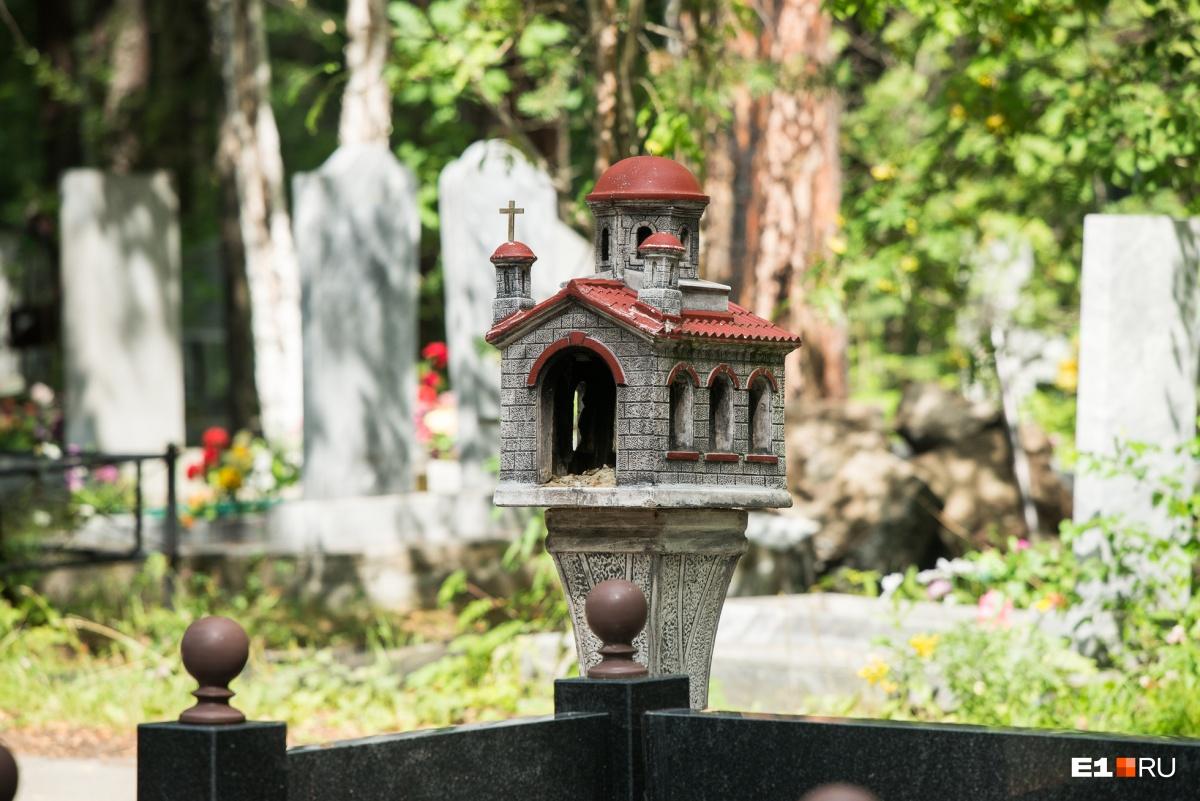 На другом памятнике тоже есть церковь