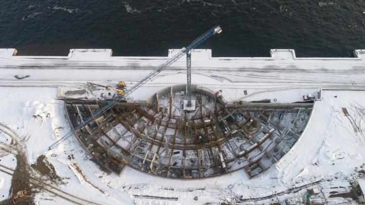 Каркас амфитеатра, новый асфальт и будущие фонтаны: показываем реконструкцию набережной Волгограда с высоты