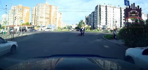 Мужчина упал посреди дороги, когда переходил улицу. Оттащили случайные прохожие