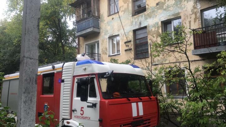 На Жуковского загорелся дом: четырёх человек вывели в защитных капюшонах