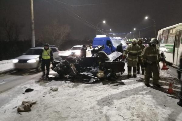Мужчина, ехавший за рулём автомобиля «ВАЗ-2107», выехал на встречку и погиб из-за столкновения с микроавтобусом
