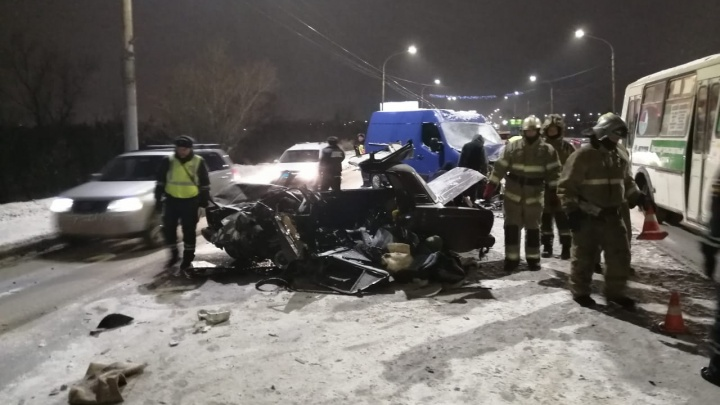 Водитель ВАЗа, пострадавший в ДТП у Ленинградского моста, умер в карете скорой помощи