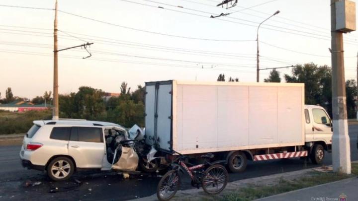 Кроссовер врезался в грузовик — пятеро молодых волгоградцев в больнице