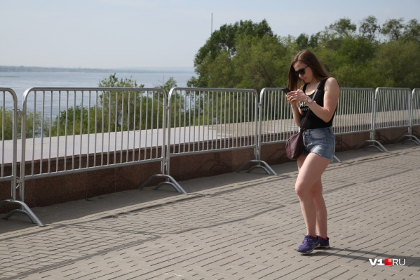 С самого утра 8 мая в Волгограде начали городить серые заборы