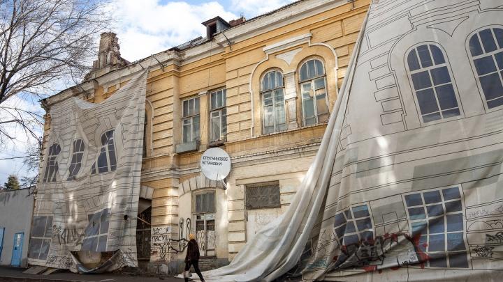 ЧМ-2018 прошел, а баннеры на старых зданиях остались: смотрим, как они «украшают» центр Ростова