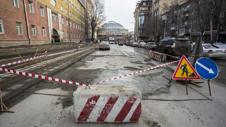 Улицу рядом с оперным театром перегородили из-за просевшего асфальта