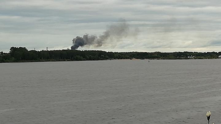 Столб чёрного дыма за Волгой в Ярославле: что горит
