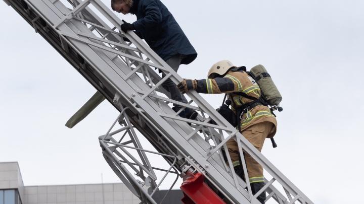 «Всем выйти из дыма и сумрака»: в центре Волгограда учились тушить ГДЮЦ с пылающей сценой