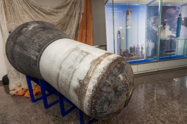 Один из экспонатов — возвращенная часть ракеты «Волна» с парашютом