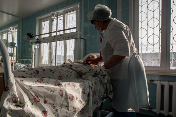 Жителей Советского и Первомайского районов с острыми болями в сердце отвозили в областную больницу или в Бердск — дорога занимала у скорой довольно много времени, что могло быть опасным для пациентов в тяжёлом состоянии. На фото — одна из городских больниц