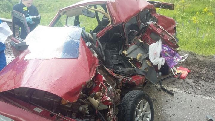 В Прикамье водитель «девятки» попал в ДТП с двумя большегрузами и погиб