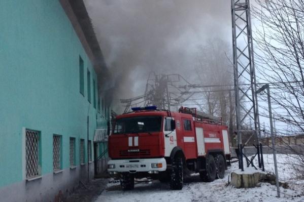 Пожар произошел в двухэтажном здании в ста метрах от путей