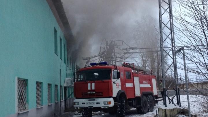 На железной дороге в Башкирии загорелась подстанция