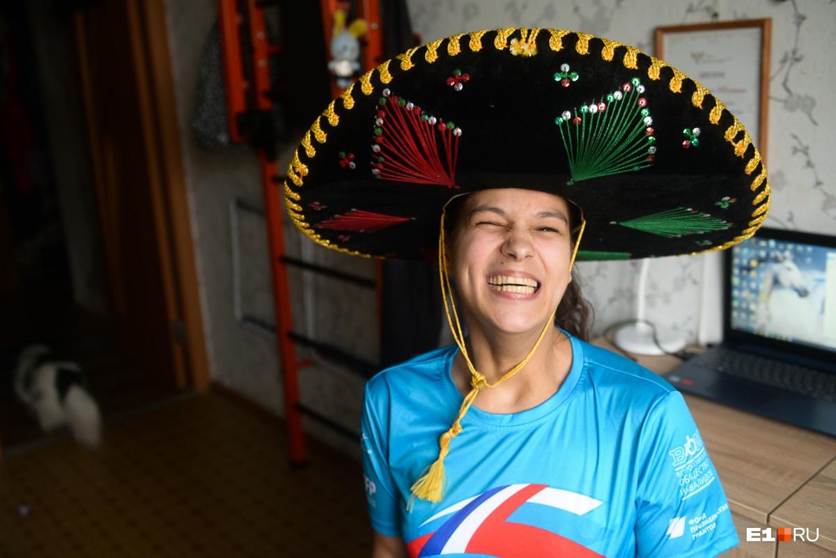 Мексиканские футбольные болельщики подарили Насте сомбреро
