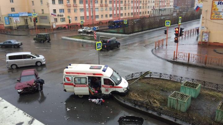 В центре Норильска «десятка» врезалась в машину «скорой» с роженицей внутри