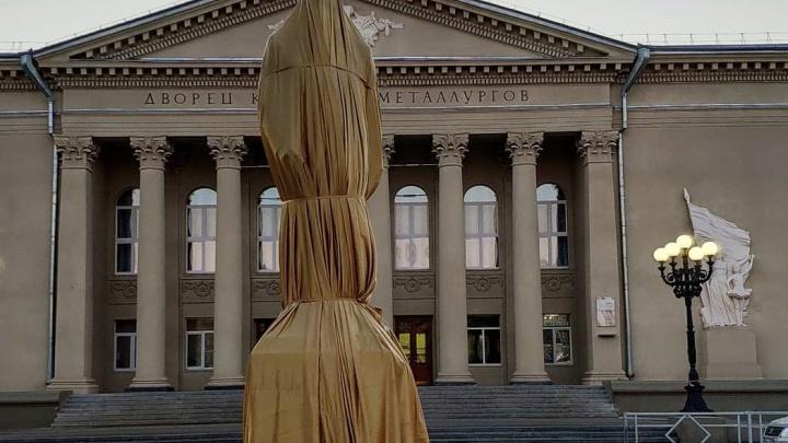 Глава Кировского района показал закрытый памятник Павлу Мочалову