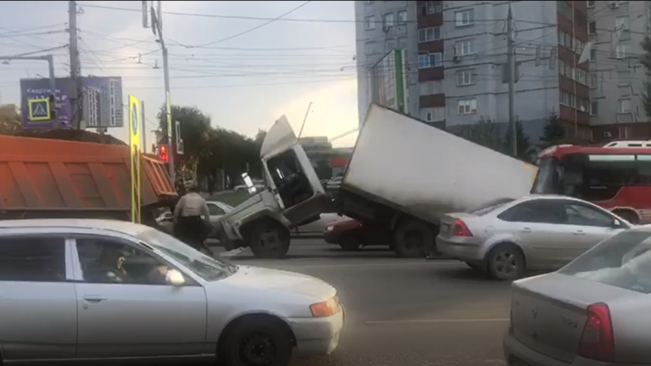 Грузовик сложился пополам на перекрестке Ватутина и Немировича-Данченко